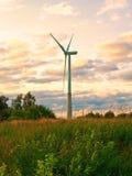 在农村领域的风车在日落 可选择能源农厂来源涡轮风 库存照片