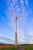 在农村领域的风车在日落 可选择能源农厂来源涡轮风 库存图片