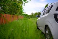 在农村风景的汽车在夏天 库存图片