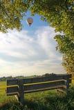 在农村风景的长凳,气球 免版税库存照片