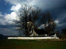 在农村风暴的教会云彩 库存图片