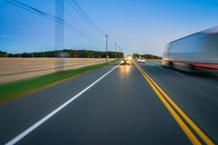 在农村高速公路的汽车和卡车交通 免版税库存照片
