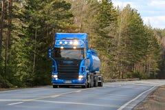 在农村高速公路的蓝色斯科讷槽车在春天 库存照片