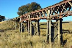 在农村NSW的历史的废弃的木铁路桥 库存图片