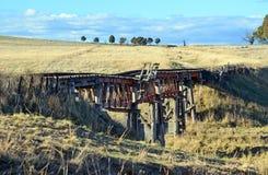 在农村NSW的老历史的木铁路桥 库存照片