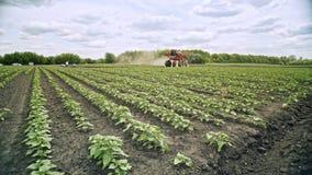 在农田的农业喷雾器水厂的 农业机械 股票录像