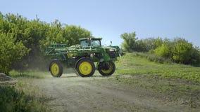 在农田的农业喷雾器 农业生产 种植播种机弹簧的农业机械 股票录像