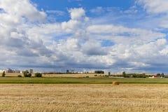 在农田的夏天天空与干草捆在白俄罗斯 免版税库存照片