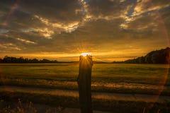 在农田的日落 免版税库存图片