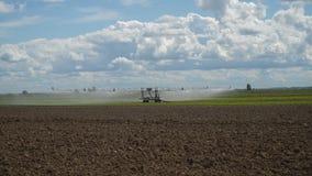 在农田的灌溉系统 免版税图库摄影