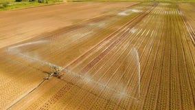 在农田的灌溉系统 免版税库存照片
