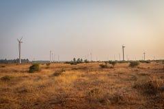 在农田的风车 免版税库存图片