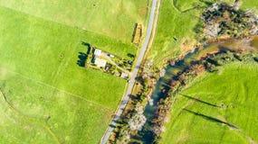 在农田的鸟瞰图有一条小河的 coromandel新西兰 免版税库存照片