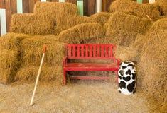 在农舍的红色木位子 免版税库存照片