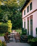 在农舍附近的美丽的庭院 免版税库存照片