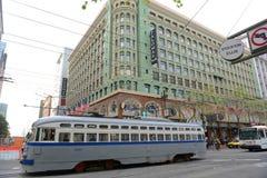 在农贸市场,旧金山,美国上的古色古香的路面电车 库存图片