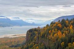 在冠点哥伦比亚河峡谷波特兰俄勒冈美国的秋叶 库存照片