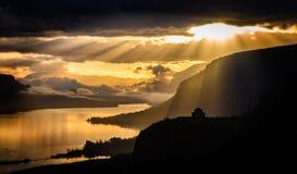 在冠点的剧烈的日出在哥伦比亚河峡谷 库存图片