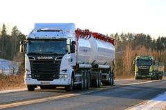 在冬天下午的新的斯科讷卡车运输装载 图库摄影