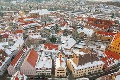 在冬天中世纪镇的全景顶视图在被加强的墙壁内 Nordlingen,巴伐利亚,德国 库存图片