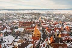 在冬天中世纪镇的全景顶视图在被加强的墙壁内 Nordlingen,巴伐利亚,德国 免版税库存照片