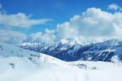 在冬天之下的山雪 免版税库存图片