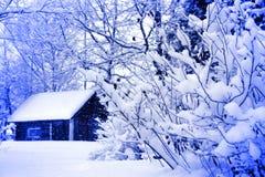 在冬天之下的房子农村降雪 图库摄影
