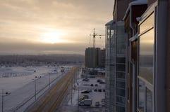 在冬天北部街道的路 夜间,日落 免版税库存图片