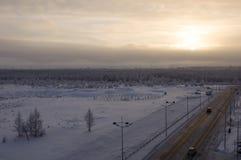 在冬天北部街道的路 夜间,日落 库存照片