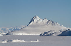 在冬天南极州结冰的金字塔突出的冰山 库存照片
