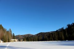 在冬天国家的看法有蓝天的 免版税库存图片