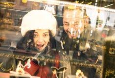 在冬天圣诞节时间的现代行家夫妇购物 库存照片