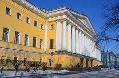 在冬天在圣彼得堡, 18世纪被修建的海军部大厦 免版税图库摄影