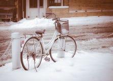 在冬天场面停放的自行车 库存图片
