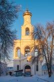 在冬天场面的女修道院钟楼在日落 免版税库存图片