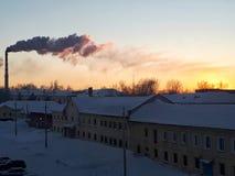 在冬天城市的日落 图库摄影