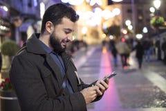 在冬天基督供以人员发和看起来社会网络消息 库存图片