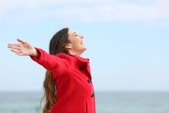 在冬天塑造呼吸深新鲜空气的妇女 免版税图库摄影