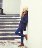 在冬天塑造相当凉快的女孩佩带的夹克和帽子 库存图片