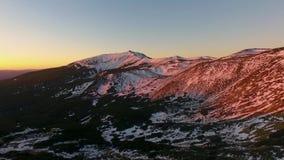 在冬天多雪的山和森林森林的落后空中顶视图日落或日出的 蓝色小时黄昏或黎明 影视素材
