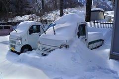 在冬天天气的厚实的积雪的室外汽车 库存图片