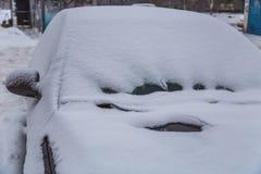 给在冬天天气的汽车加热 库存照片