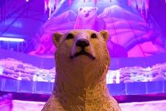 在冬天妙境显示的北极熊模型 库存照片