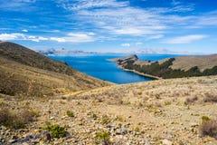 在冬天季节的风景剧烈的天空在太阳的海岛, Titicaca湖上的Challapampa海湾,在最风景的旅行destinat中 免版税库存图片