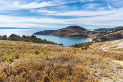 在冬天季节的风景剧烈的天空在太阳的海岛, Titicaca湖上的Challapampa海湾,在最风景的旅行destinat中 库存照片