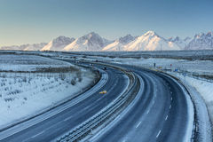在冬天季节的高速公路与山 免版税库存图片