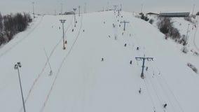 在冬天季节的滑雪胜地 鸟瞰图 股票视频
