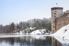在冬天季节的Olavinlinna城堡 免版税图库摄影