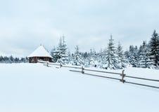在冬天小山上面的木summerhouse。 库存照片