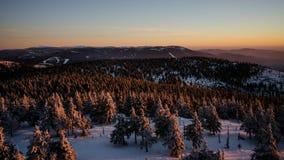 在冬天小山的日落 库存图片